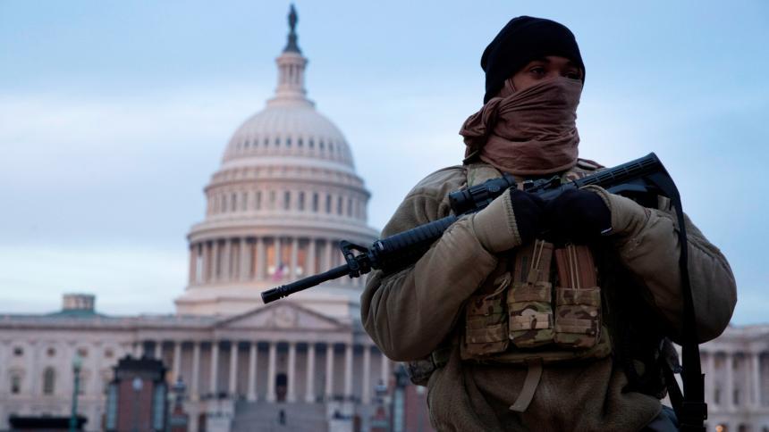 Un miembro de la Guardia Nacional en las afueras del Capitolio de EE. UU.