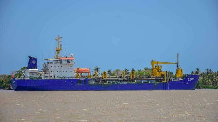 La draga china Hang Hun 5001 en el canal de acceso al Puerto de Barranquilla.