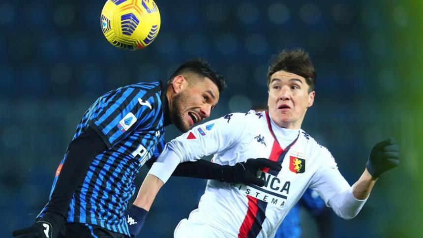 Jose Palomino, del Atalanta, y Eldor Shomurodov, del Génova, peleando la pelota durante el reñido partido.