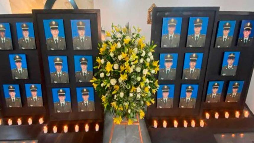 Las fotos de las 22 víctimas del atentado fueron alumbradas con velas.