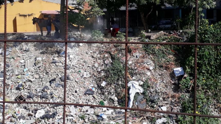 Carromuleros lanzando escombros al canal.