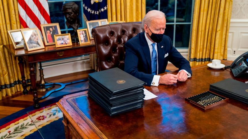 El presidente de EE. UU. Joe Biden en su despacho.