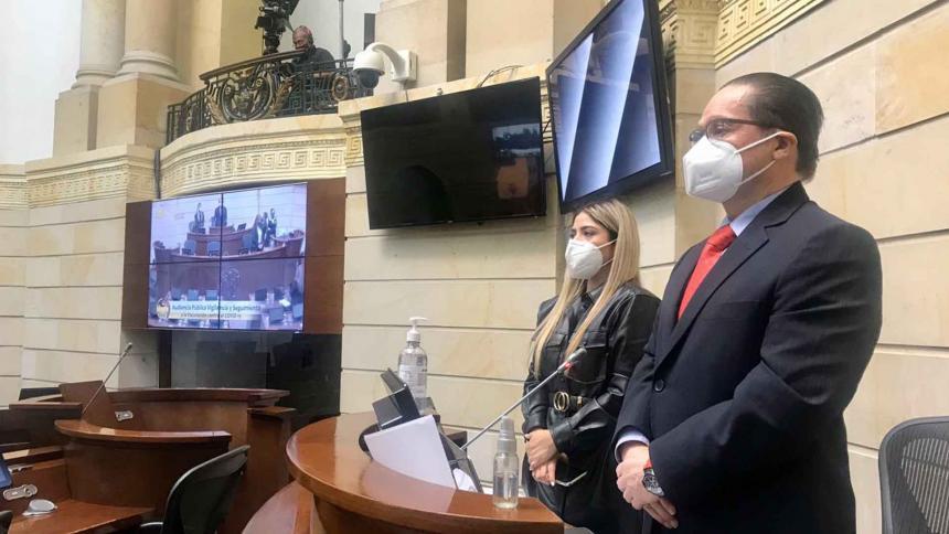 El senador liberal, citante del debate, Guillermo García en un minuto de silencio.