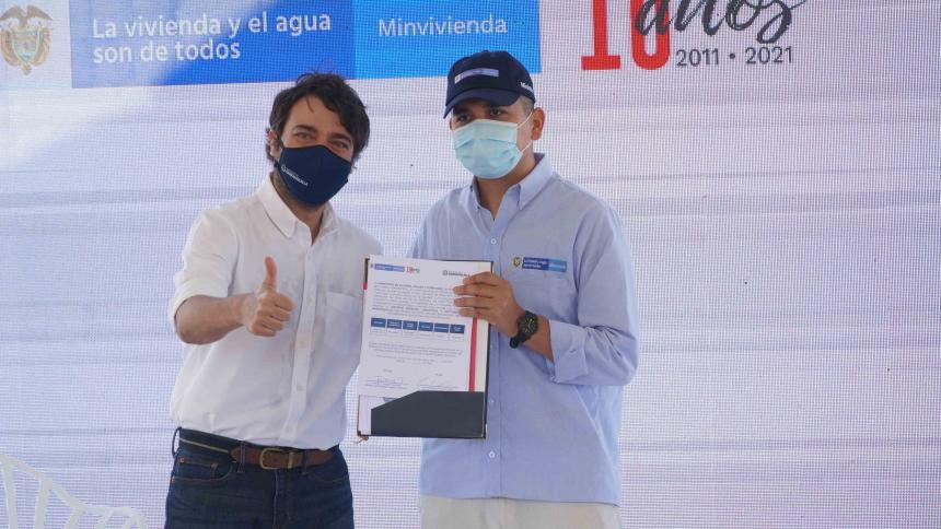 El alcalde Jaime Pumarejo junto al Ministro de Vivienda, Jonathan Malagón, durante el acto de entrega.