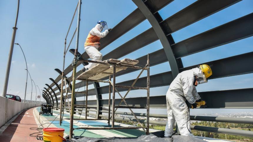 Las barandas del puente hacen parte de las obras complementarias.
