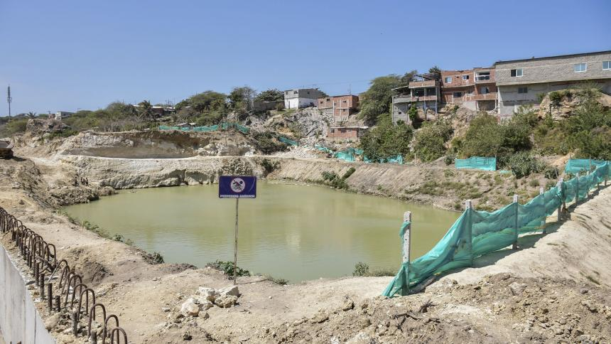 Pozo de agua alerta a los habitantes de la urbanización La Playa