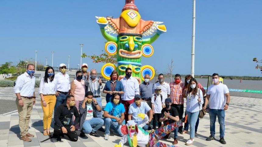 Carla Celia, directora de Carnaval de Barranquilla S.A.S, junto a los artesanos.