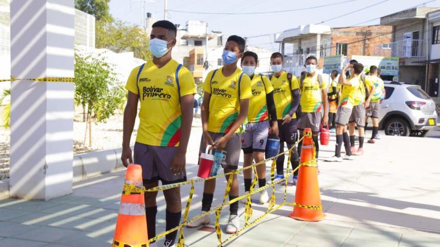 Jugadores de diferentes clubes de fútbol de menores hacen fila para ingresar a la cancha Wilmar Barrios de Cartagena.