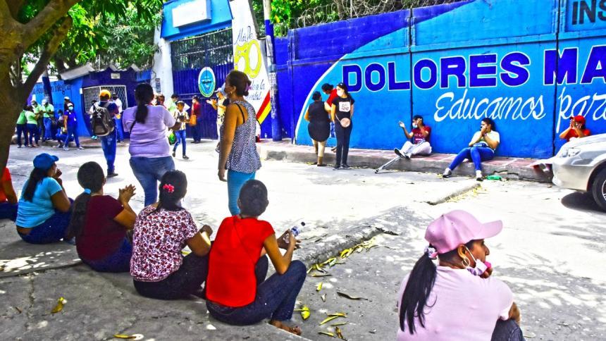 Con plantón exigieron inicio de clases en el Dolores María Ucrós