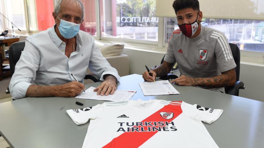 El volante cartagenero Jorge Carrascal firmando el contrato que lo une a River Plate hasta 2024.
