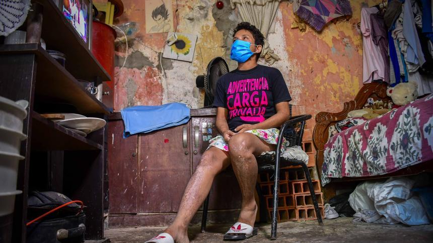 Angélica María Blanco Leal, de 30 años,  vive en una humilde casa del barrio La Manga, en la cual solo hay una cama para 4 personas.