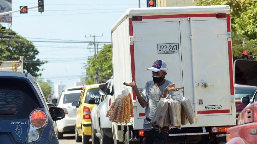 En cada uno de los semáforos del Centro de la ciudad se observan vendedores informales.