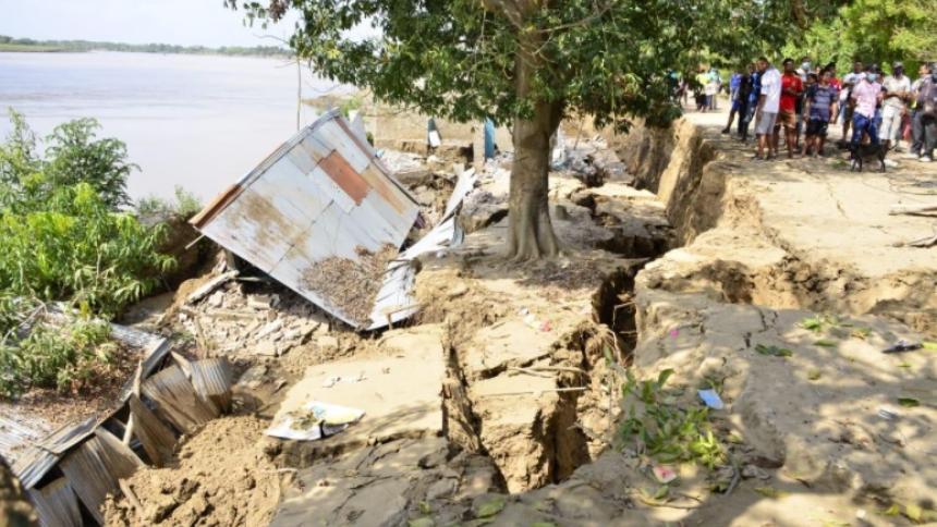 Así quedaron las viviendas luego de que la fuerza del río arrastró parte del muro de contención.