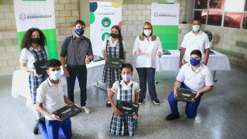 El alcalde entrega computadores portátiles a estudiantes de la Institución Educativa Rodolfo Llinás.