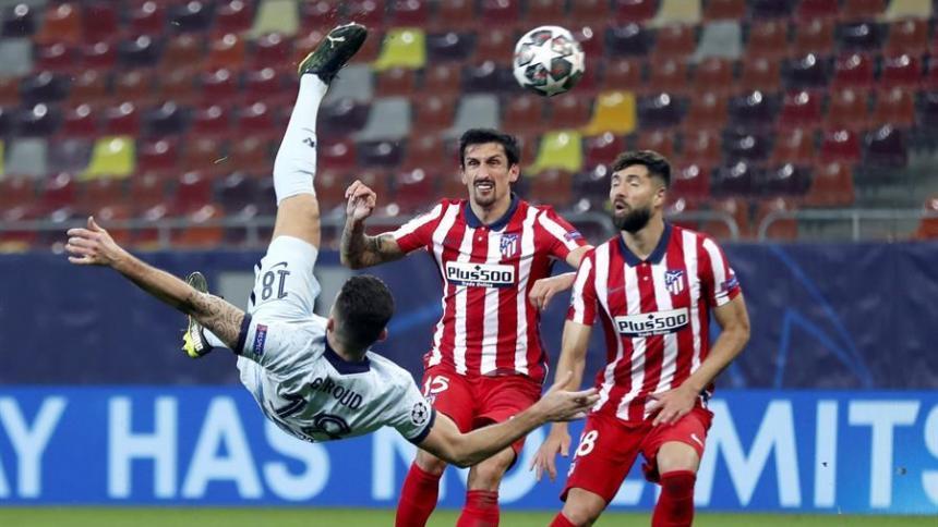 La espectacular chilena de Olivier Giroud. Los jugadores del Atlético de Madrid reclamaron fuera de lugar, pero el VAR avaló el gol.