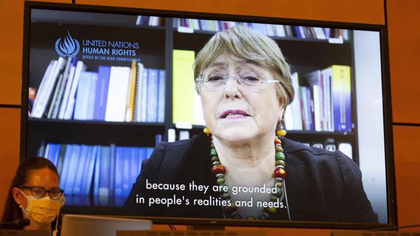 Michelle Bachelet (en pantalla) pronuncia sus palabras durante la presentación del informe periódico que prepara su oficina.