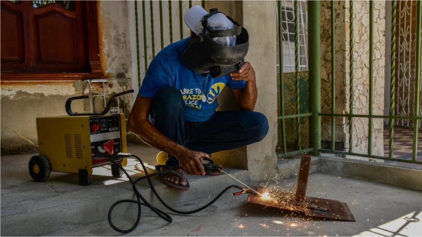 Tomás Guillermo Charris Mercado, quien se gana la vida soldando, se muestra ilusionado con las nuevas posibilidades que tendrán los jóvenes palmarinos.