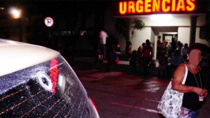 El proyectil impactó en el vidrio trasero y le dio al niño.