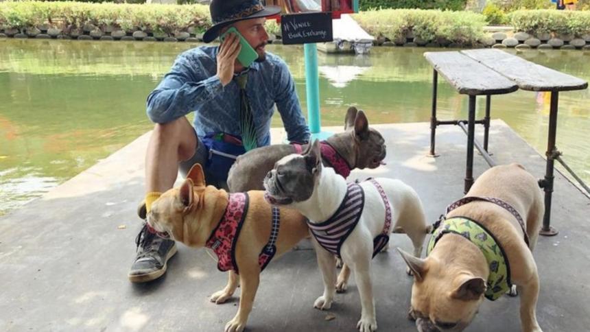 El cuidador de perros de Lady Gaga con los caninos.