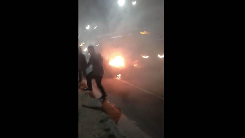 ¡Atención! Carro se incendia en la Avenida Circunvalar