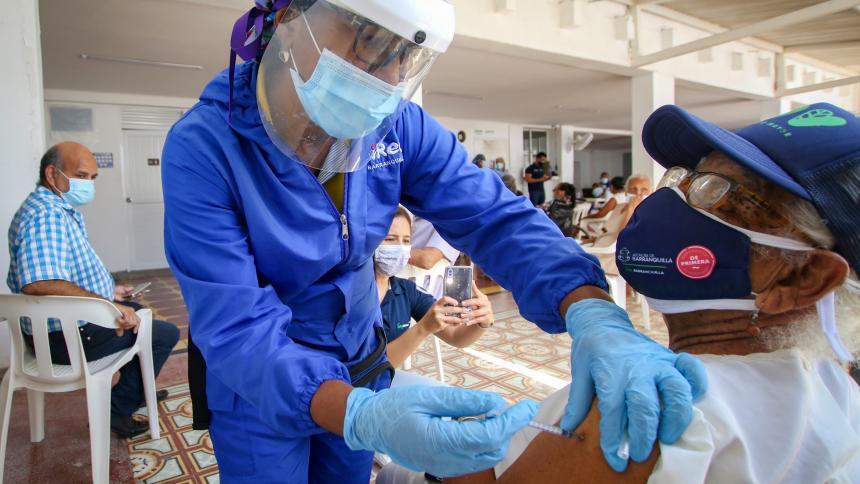 Avanza vacunación covid en Centros de vida del Distrito