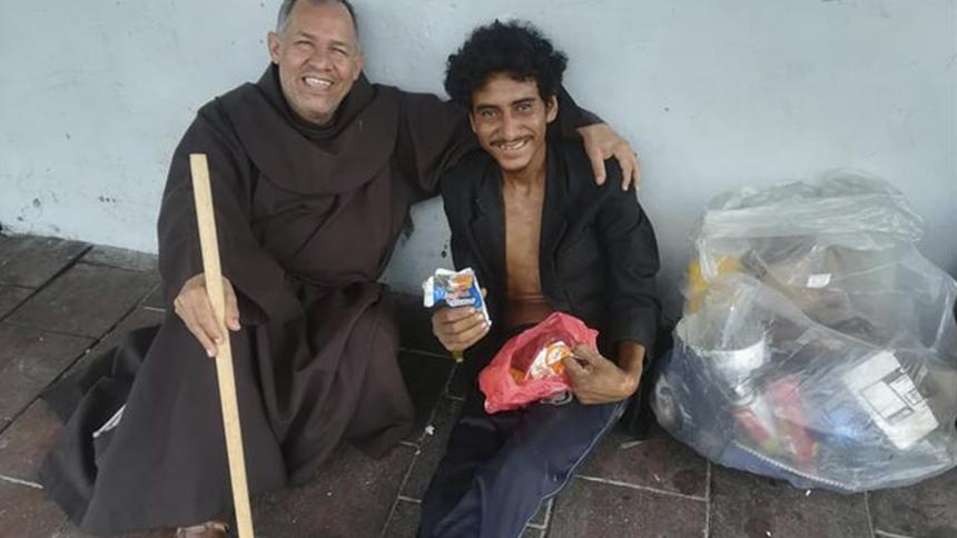Murió por covid 'Fray Ñero', el ángel de los habitantes de calle en Bogotá