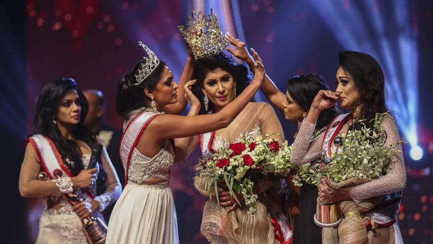 Reina le quita la corona a ganadora de concurso de belleza