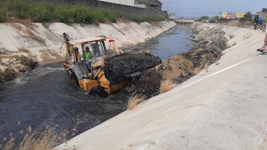 Limpian arroyos llenos de basuras en Barranquilla
