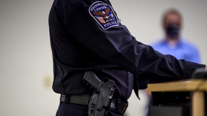 Policía que mató a un afroamericano dice que confundió 'taser' con pistola