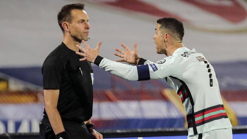 Árbitro que le anuló el gol a Cristiano se perderá la Eurocopa