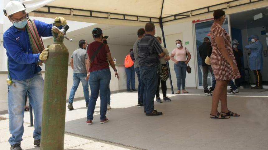 Familias angustiadas esperan afuera de las clínicas en Barranquilla