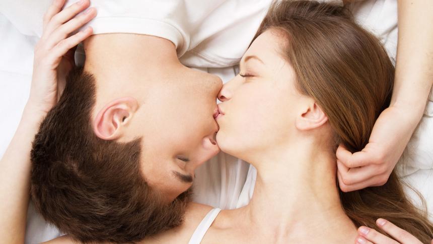 El milagro de un beso en días aciagos