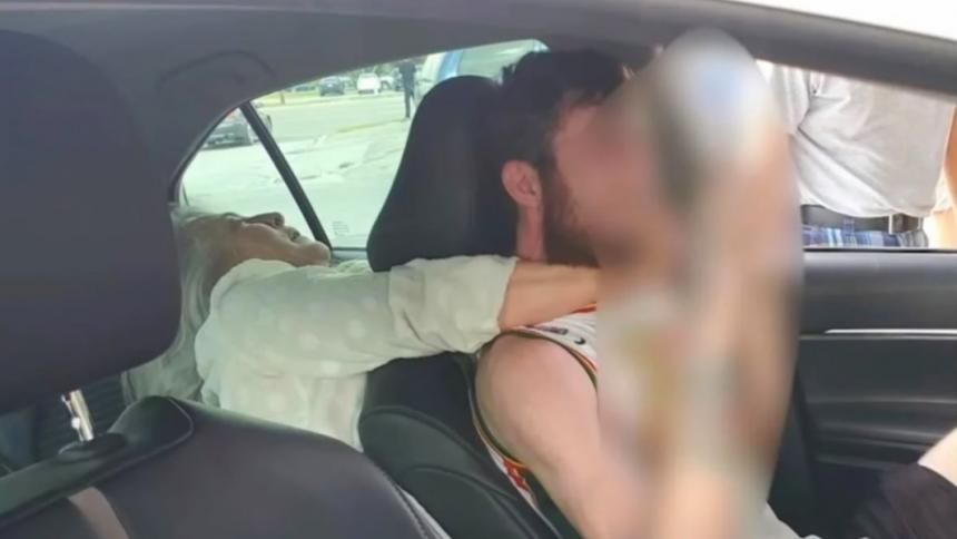 Mujer trata de estrangular y muerde a chofer de Uber en Florida
