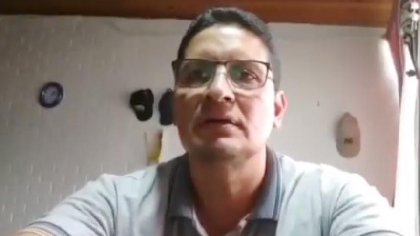 Profesor quedó grabado besando senos de su esposa en clase virtual