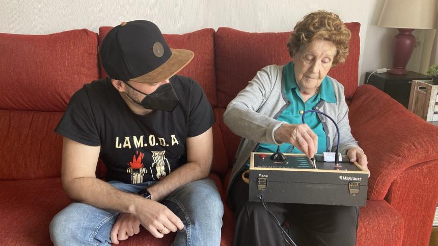 Joven creó aparato para que su abuela se comunique con sus nietos