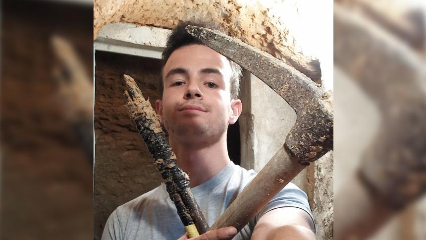 Joven construyó una cueva tras una pataleta: tiene luz y WiFi