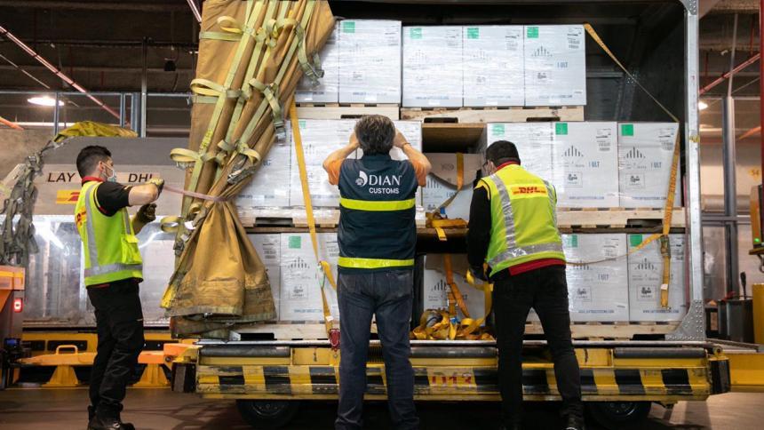 Llega otro lote de más de 390.000 vacunas de Pfizer a Colombia