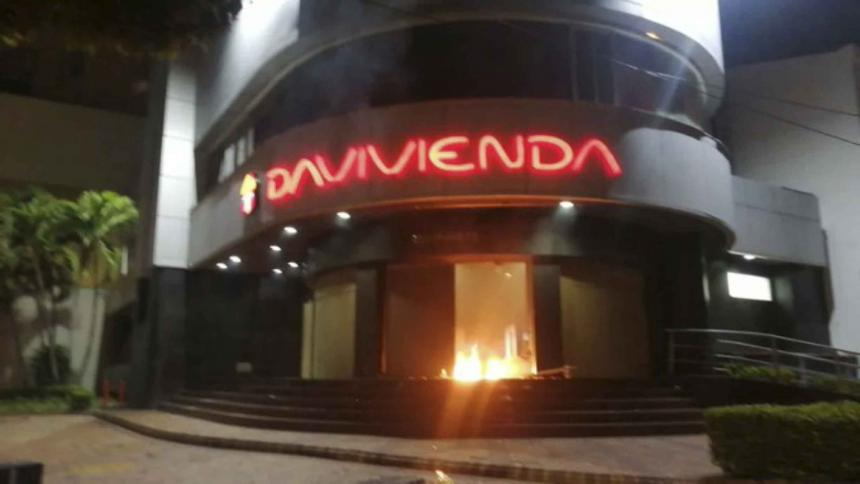 Incendian sucursal bancaria en Bucaramanga
