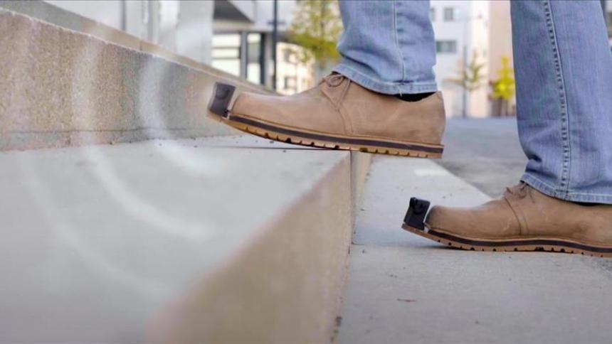 Crean 'zapatos inteligentes' que ayudan a personas no videntes a detectar obstáculos