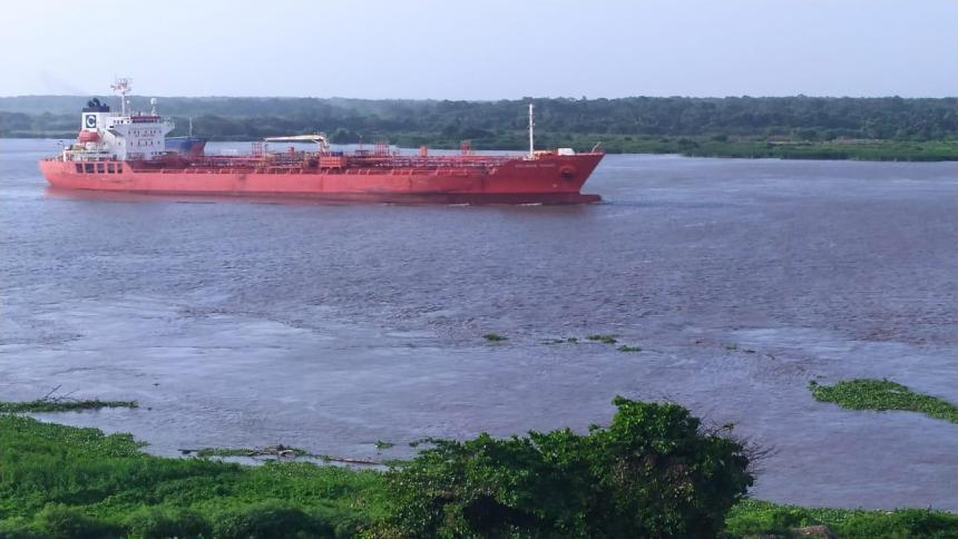 Dos buques ingresan en condiciones extremas a la zona portuaria de Barranquilla