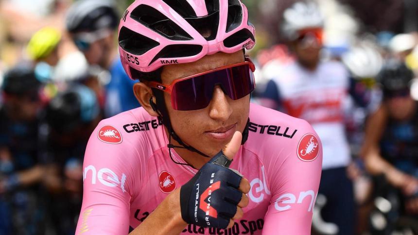Egan Bernal se prepara para la etapa 20 del Giro de Italia
