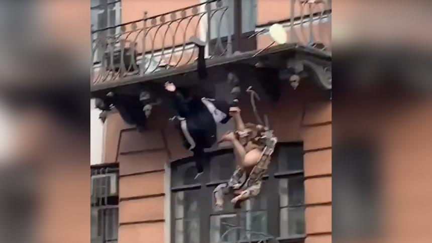 Discusión entre pareja en un balcón por poco termina en tragedia