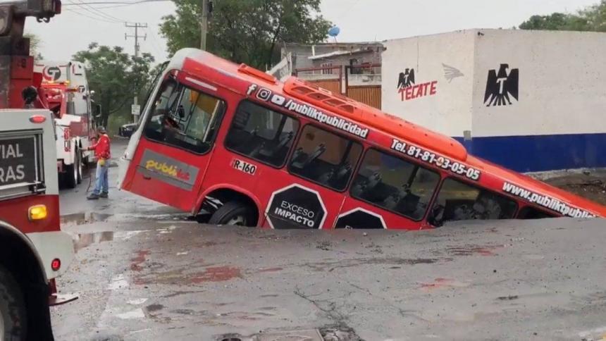 Hueco de cuatro metros casi se traga un bus en México