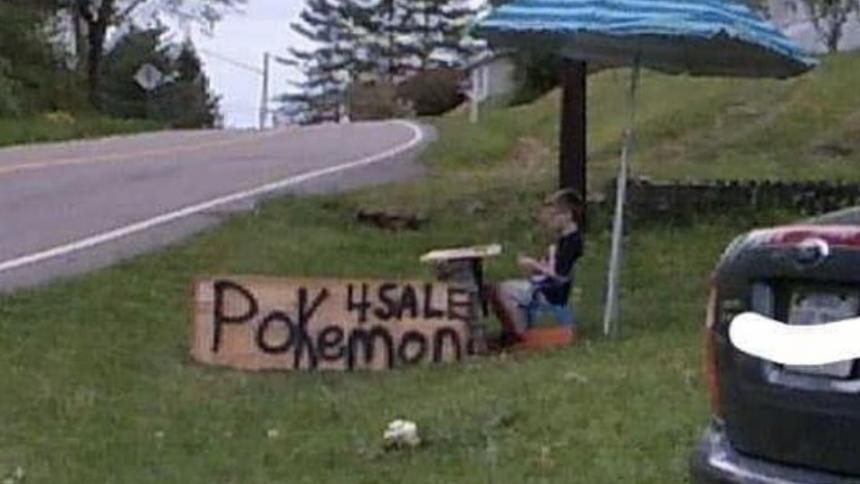 Niño puso en venta su colección de cartas de Pokémon para salvar a su cachorro