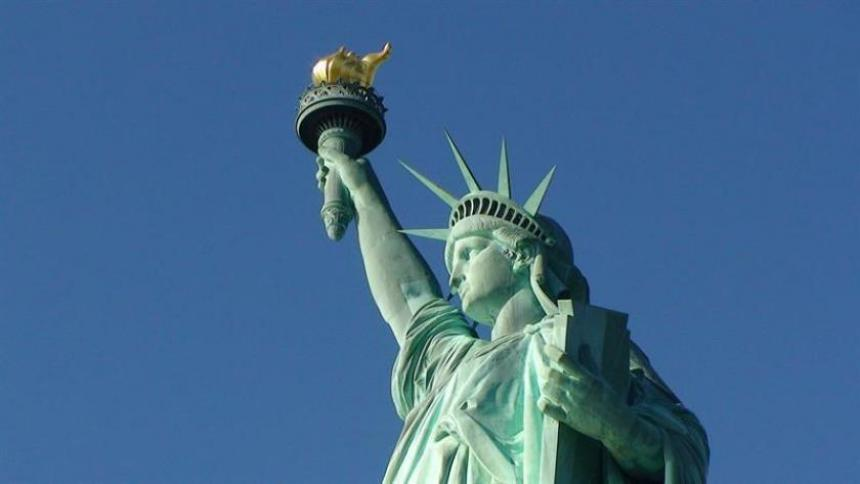 "Una pequeña Estatua de la Libertad va de París a NY a saludar a su ""hermana"""