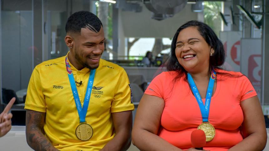 Anthony Zambrano y su madre celebran la victoria en la Liga de Diamante