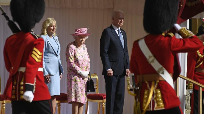 Isabel II recibió con una sonrisa a los Biden