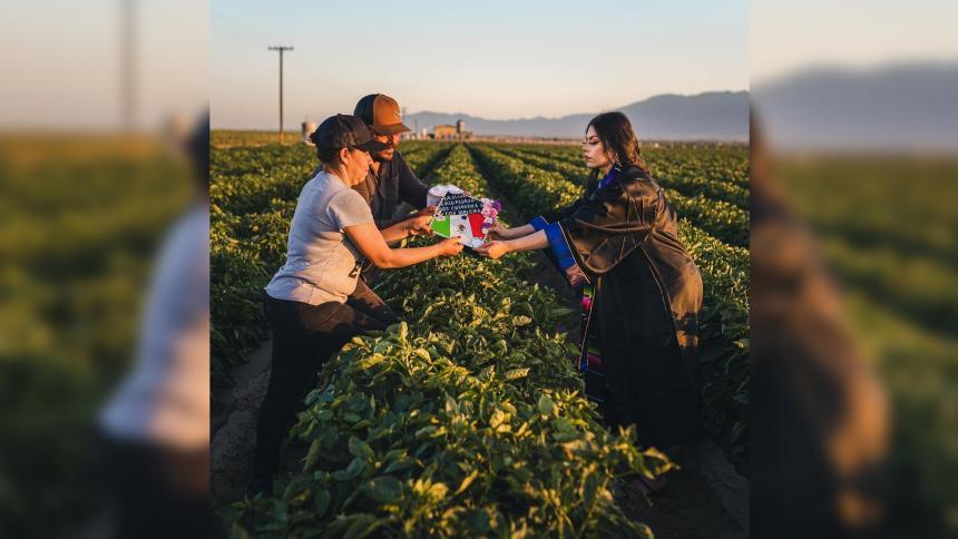 Joven honró a sus padres migrantes tomándose las fotos de grado en el campo
