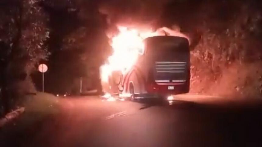 Eln quema vehículos en la vía que comunica a Antioquia con la Costa Caribe