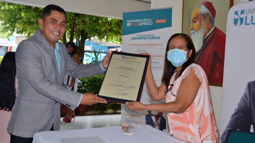 Éver Galeano, vigilante que se graduó de abogado con honores